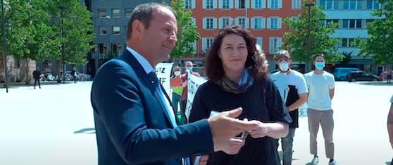 """Tirols Landeshauptmann-Stellvertreter Josef Geisler (ÖVP) mit Ingrid Felipe (Grüne) bei der Übergabe der Petition. Hier kam es zum """"Luder""""-Sager."""