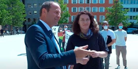 Tirols Landeshauptmann-Stellvertreter Josef Geisler (ÖVP) mit Ingrid Felipe (Grüne) bei der Übergabe der Petition