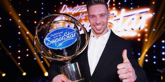 """Zu Tränen gerührt holte sich Ramon Roselly 2020den Sieg in der Castingshow """"Deutschlandsucht den Superstar""""."""
