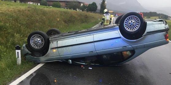 Das Auto geriet von der Straße ab auf die angrenzende Böschung, wo er sich zweimal überschlug und auf dem Dach mitten auf der Fahrbahn liegen blieb.