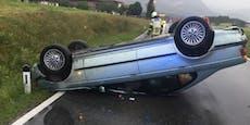 Zwei Verletzte nach Auto-Überschlag auf Regen-Fahrbahn