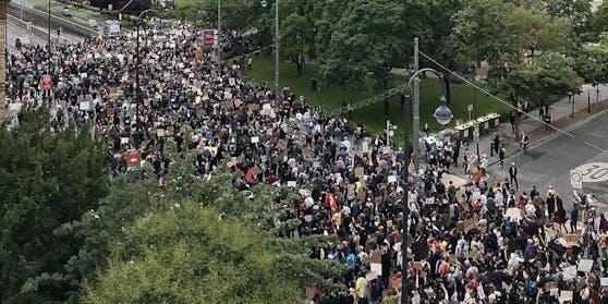 Ein Foto der Wiener Anti-Rassismus-Demo am Donnerstag.