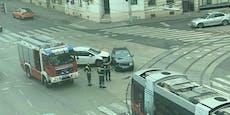 VW kracht auf Wiener Kreuzung in weißen Peugeot
