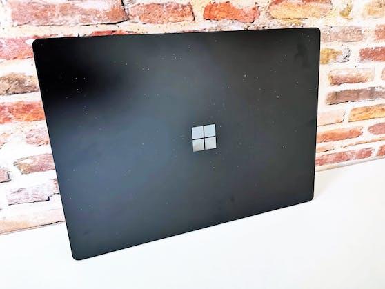 Besonders beeindruckend ist der für den Test von Microsoft zur Verfügung gestellte Laptop im metallenen Schwarz.