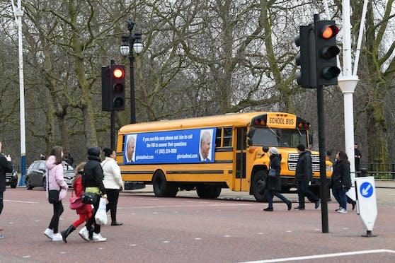 """US-Anwältin Gloria Allred ließ einen US-Schulbus mit Prinz Andrews Bild bekleben und am Buckingham Place vorbeifahren: """"Wenn Sie diesen Mann sehen, bitten Sie ihn, dem FBI Fragen zu beantworten"""""""