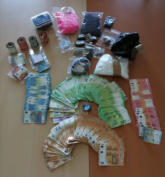 Die Fahnder stellten neben dem Suchtgift auch größere Mengen Bargeld sicher.