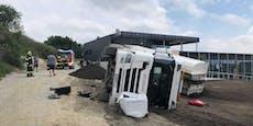 Lkw bei Entladung umgekippt - Fahrer verletzt