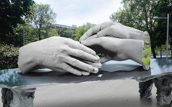 Mit diesem Entwurf von zwei Händepaaren, die sich liebevoll übereinander legen, gewann der britische Künstler Marc Quinn den Wettbewerb für das Denkmal für homosexuelle Opfer der NS-Zeit. Doch aufgrund der unsicheren, globalen Situation zog Quinn sein Projekt zurück. Damit geht es für die Stadt zurück an den Start.