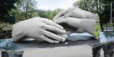 Riesenhände gedenken homosexuellen Opfer der NS-Zeit