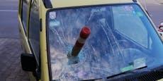 Vandalen schlugen Eisenpflock in Auto-Windschutzscheibe
