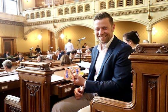 """Auch bei hitzigen Debatten hat SP-Gemeinderat Marcus Schober immer ein Ass im Ärmel. Besser gesagt, in der Lade. Von hier aus versorgt er die Gemeinderäte mit Süßem. """"Naschen verbindet"""", lacht Schober."""