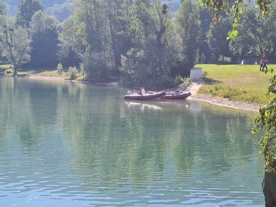 Im See wird derzeit nach dem Vermissten gesucht.