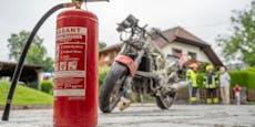 Biker rannte mit brennendem Tank aus Garage