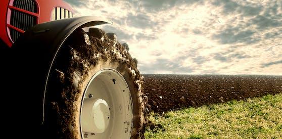 Ein Bauer aus dem Bezirk Rohrbach erfasste seine Lebensgefährtin mit dem Traktor. Die Frau starb noch an Ort und Stelle.