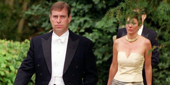 Not amused.Ghislaine Maxwell begleitete Prinz Andrew im Jahr 2000 sogar zu einer Hochzeit von Freunden.