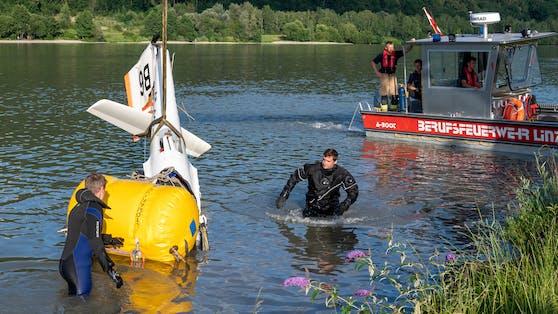 Die Feuerwehr barg Teile des völlig zerstörten Segelfliegers aus der Donau.