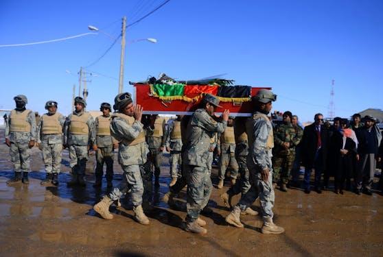 Afghanische Grenzwächter tragen ein Todesopfer der abgeschossenen Passagierfliegers PS752 (17. Jänner 2020)