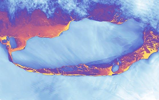 Falschfarben-Satellitenbild (gradiert nach relativer Wärme) von Eisberg-Koloss A68 kurz nach seiner Kalbung.