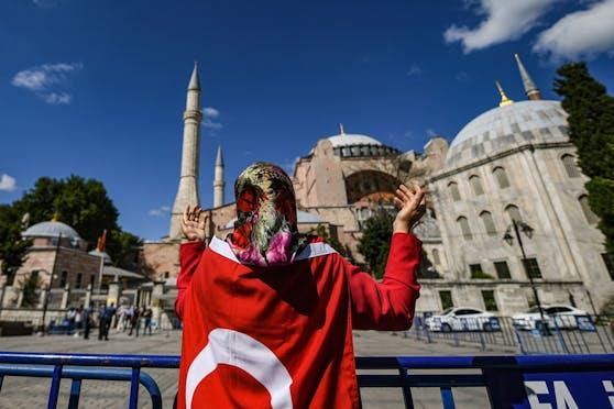 Eine Unterstützerin der Moscheen-Umwandlung vor der Hagia Sophia (10. Juli 2020)