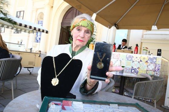 Diese Kette (re.) wurde Marcella M. am Markt gestohlen.