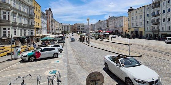 Am Dienstag durften noch Autos auf den Hauptplatz fahren, ab heute, 15. Juli, ist er autofrei.