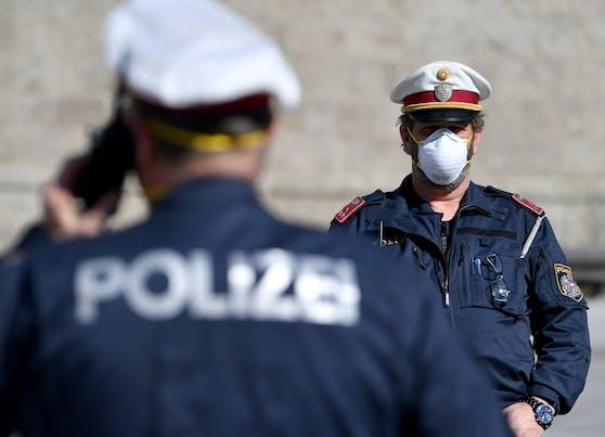 Polizisten mit Mund- und Nasenschutz auf Streife in der Salzburger Innenstadt (Symbolfoto)