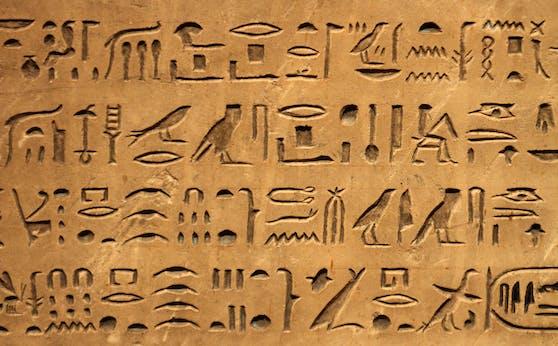 Die zufällige Entdeckung des Rosetta-Steins im Jahr 1799 hat die Ägypten-Forschung maßgeblich beeinflusst und ermöglichte es Forschern, viele Hieroglyphen zu entschlüsseln.