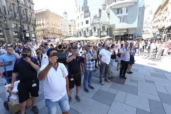 Ein Großeinsatz in der Wiener Innenstadt animierte Schaulustige vor dem Haas-Haus zu einem Schnappschuss.
