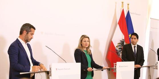 Extremismusexperte Vidino (l.), Integrationsministerin Susanne Raab, Islamwissenschafter Khorchide