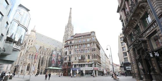 Blick von der Kärntner Straße auf den menschenleeren Stephansplatz am 14. April.