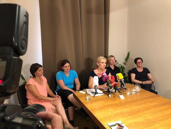 Anwältin Karin Prutsch mit vier betroffenen Frauen im Vorjahr bei Pressekonferenz