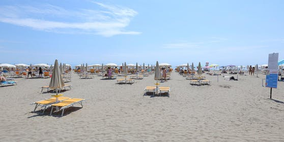Sommer heuer in Lignano: Viele Liegestühle bleiben leer.