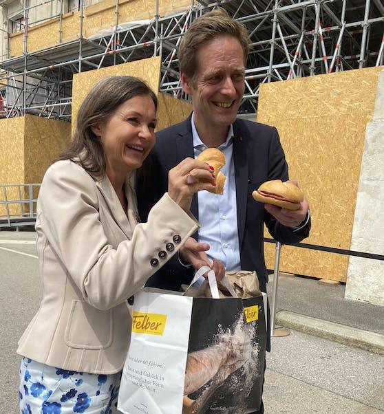 Wurstsemmel-Lieferung für Abgeordneten Krainer: Doris Felber brachte die schmackhafte Stärkung persönlich vorbei.