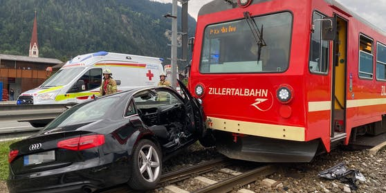 Im Schlitters (Bezirk Schwaz) kam es an einem unbeschrankten Bahnübergang zu einem schweren Verkehrsunfall.