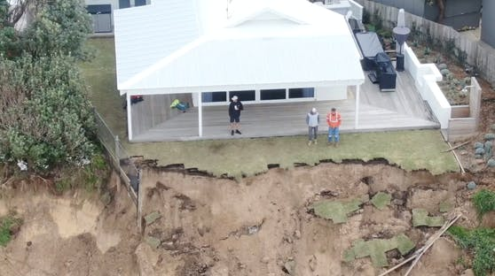 Ein heftiger Wellengang hatte die Küste beschädigt.