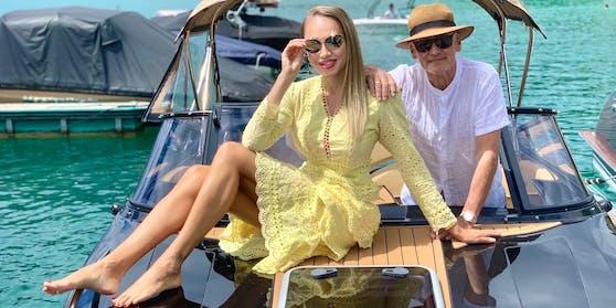 Christian W. Mucha und Ehefrau Ekaterina auf ihrem neuen E-Boot.