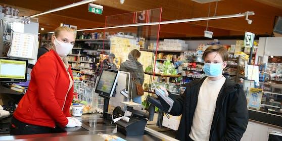 Ab heute heißt es wohl wieder: Mund-Nasen-Schutz auf beim Einkaufen.