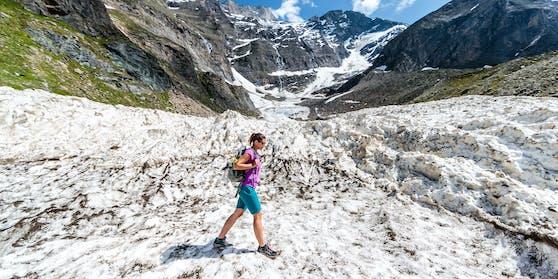 Selbst in den Bergen wird es immer mehr Hitzetage geben. Im Bild eine Wanderin amMooserboden Stausee, Kaprun