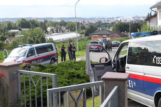 Mehrere Polizeibeamte suchten Donnerstag nach flüchtigen Personen in einem Feld.