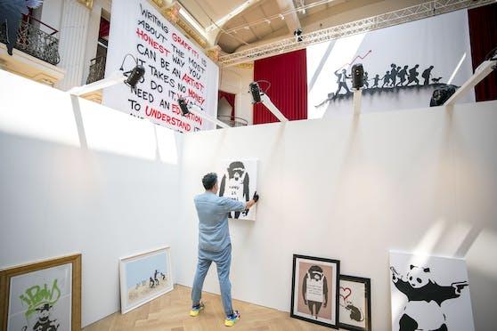 Am Dienstag wurden die letzten Vorbereitungen für die große Banksy-Show in Wien getroffen.
