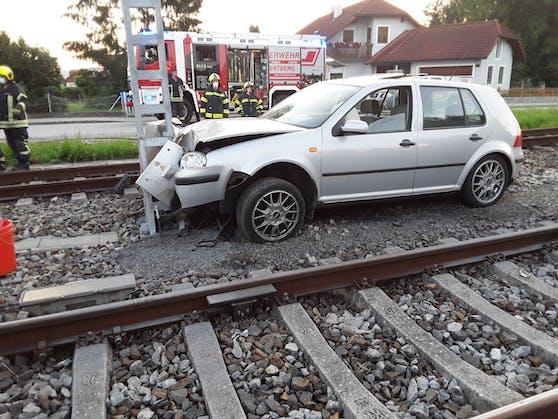 Der Wagen durchstieß einen Maschendrahtzaun und prallte im Gleisbereich der Donauuferbahn gegen ein Ausfahrtssignal samt Schaltkasten.