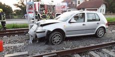 Auto krachte gegen Bahnsignal, dann kam Zug