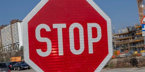 Die Lenkerin übersah die Stop-Tafel und fuhr in die Kreuzung ein.