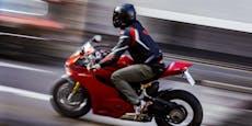 Motorradfahrer prallt gegen Betonsockel und stirbt