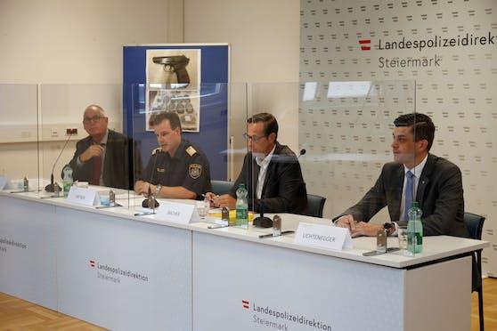 Am Dienstag gaben die leitenden Ermittler der LPD Steiermark eine Pressekonferenz. (v.l.n.r.: Chefinspektor Wolfgang Kollnegg, Landespolizeidirektor Hofrat Gerald Ortner, Staatsanwalt Hansjörg Bacher, Daniel Lichtenegger)