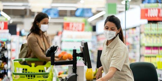 Im Supermarkt wird die Maskenpflicht wieder eingeführt.