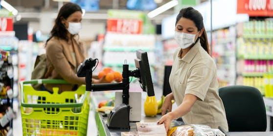 110.000 Mitarbeiter der Supermärkte sollen von der Maskenpflicht befreit werden, wenn sie einen 2G-Nachweis erbringen.