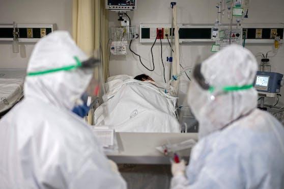 Bei mehr als 80 Prozent der CoV-Patienten seien sechs Monate nach ihrer Erkrankung noch biologisch aktive Antikörper nachgewiesen worden, die fähig seien, das Virus unschädlich zu machen.
