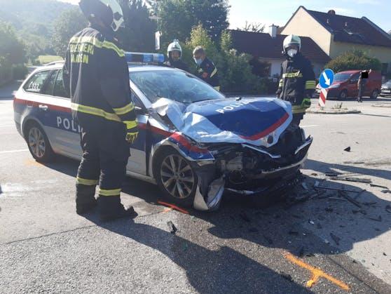Das beim Crash demolierte Polizeiauto.