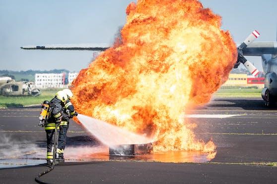 In Hörsching gab es am Dienstag eine große Übung. Dabei wurde angenommen, dass eine Hercules brennt und landen muss.